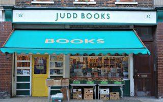 Το Judd Books ξεχωρίζει από μακριά λόγω της πράσινης χαρακτηριστικής τέντας του.