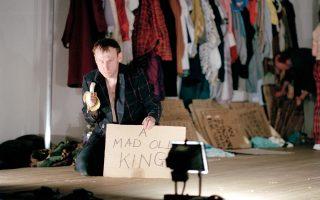 Στιγμιότυπο από το «12 am: Awake & Looking Down», μία παράσταση των Forced Entertainment, της βρετανικής ομάδας που επηρέασε το ελληνικό πρωτοποριακό θέατρο.