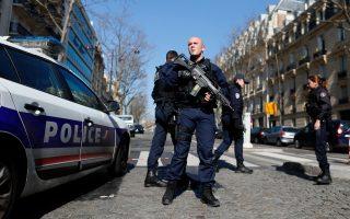 Αστυνομικοί φρουρούν τα γραφεία του Διεθνούς Νομισματικού Ταμείου στο Παρίσι μετά την έκρηξη του τρομο-δέματος.