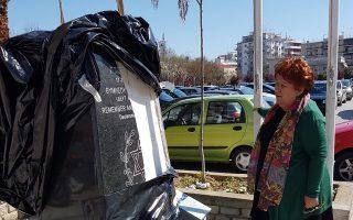 Η δήμαρχος Καβάλας, Δήμητρα Τσανάκα, μπροστά στο σπασμένο μνημείο.