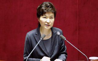 Η Παρκ, η πρώτη δημοκρατικά εκλεγμένη πρόεδρος της Νότιας Κορέας που απομακρύνεται, χάνει την προεδρική της ασυλία και μπορεί να διωχθεί δικαστικά.
