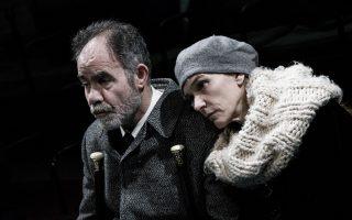 Στιγμιότυπο από την παράσταση του έργου «Πλατεία Ηρώων» σε σκηνοθεσία Δημήτρη Καραντζά.