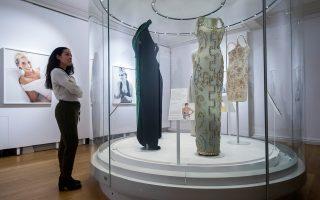Συλλογή από φορέματα που η Νταϊάνα έβαλε προς πώληση για φιλανθρωπικούς σκοπούς το 1997. Πρώτο δεξιά, βραδινό Versace, με το οποίο φωτογραφήθηκε για το Harper's Bazaar το 1991.