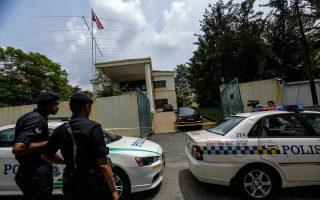 Οχήματα της αστυνομίας στην Κουάλα Λουμπούρ έχουν αποκλείσει την είσοδο της πρεσβείας της Βόρειας Κορέας για να εμποδίσουν την απομάκρυνση διπλωματών.