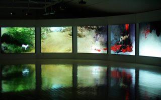 Αποψη από την παλαιότερη έκθεση του Κώστα Τσόκλη «Συμπερασματικός Οιδίπους» (πάνω). Δίπλα, ο «Οιδίπους και η Σφίγγα», ο διάσημος πίνακας του Γουστάβου Μορό. Κάτω αριστερά, ο Νάρκισσος –όπως τον αποτύπωσε ο Καραβάτζο– ερωτεύεται το είδωλό του στα αρυτίδωτα νερά της λίμνης.