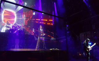 Ενας παραγωγός σκέφτηκε να οργανώσει παγκόσμια περιοδεία με μέλη του χαρντ ροκ συγκροτήματος Dio και τον ίδιο τον Ρόνι Τζέιμς Ντίο επί σκηνής. Τι και αν ο τελευταίος έχει πεθάνει εδώ και επτά χρόνια; Στη φωτογραφία, το ολόγραμμα του Ντίο στη σκηνή.