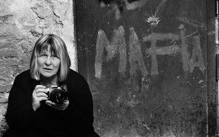 Η θρυλική πλέον Ιταλίδα φωτορεπόρτερ, κρατώντας το «όπλο» της.