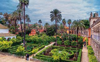 Οι περιποιημένοι κήποι του βασιλικού παλατιού Alcazar είναι ιδανικοί για έναν όμορφο περίπατο. (Φωτογραφία: SHUTTERSTOCK)