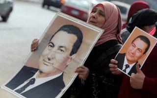 Υποστηρικτές του Μουμπάρακ έξω από το δικαστήριο.