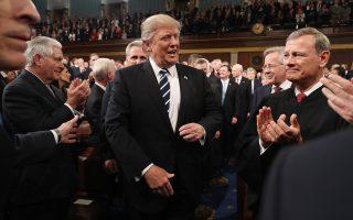 Ο πρόεδρος των ΗΠΑ Ντόναλντ Τραμπ φθάνει για να δώσει την πρώτη ομιλία του στο Κογκρέσο. Σύμφωνα με τον κ. Μπιλ Ανθόλη, έπεισε τους ψηφοφόρους του ότι ήταν σε θέση να εξασφαλίσει την επανεκκίνηση και την ανάκαμψη της οικονομίας.