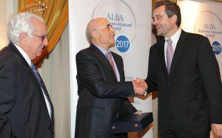 Ο κ. Εμπέογλου, αριστερά παρακολουθεί τη βράβευση του κ. Βασιλάκη, τον οποίον, συγχαίρει ο Κ. Αξαρλόγλου.