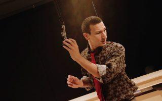 O σκηνοθέτης Δημήτρης Καραντζάς μεταφέρει στη σκηνή το πειραματικό μυθιστόρημα της Βιρτζίνια Γουλφ «Τα κύματα». Μετά την Εφηβική Σκηνή της Στέγης, η παράσταση μεταφέρεται στο θέατρο Σφενδόνη.