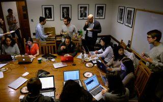 Φοιτητές της Νομικής του Γέιλ κάνουν διάλειμμα με πίτσα ενώ εργάζονται για να αντικρούσουν την απαγόρευση εισόδου μουσουλμάνων, στα τέλη Ιανουαρίου.