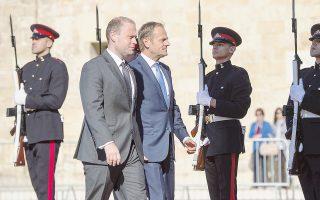 Ο πρόεδρος του Ευρωπαϊκού Συμβουλίου Ντόναλντ Τουσκ με τον πρωθυπουργό της Μάλτας Τζότζεφ Μάσκατ. Ο Τουσκ είπε ότι πρώτα θα επιτευχθεί συμφωνία για το διαζύγιο Ε.Ε. - Βρετανίας και μετά για τις μελλοντικές σχέσεις.