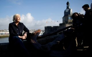 Η Μαρίν Λεπέν ποζάρει στον φακό κατά τη διάρκεια επίσκεψής της στην πόλη Κονκαρνό.