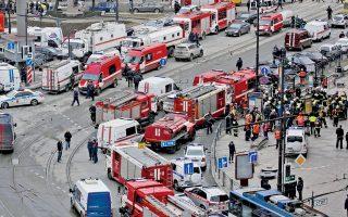 Φονική έκρηξη σημειώθηκε χθες στο μετρό της Αγίας Πετρούπολης, τη στιγμή που ο πρόεδρος Βλαντιμίρ Πούτιν βρισκόταν στη γενέτειρά του. Εντεκα άνθρωποι έχασαν τη ζωή τους και 46 τραυματίστηκαν, με όλες τις ενδείξεις να συγκλίνουν στην εκδοχή της τρομοκρατικής ενέργειας. Η Αντιτρομοκρατική Υπηρεσία κατάφερε να εξουδετερώσει δεύτερη βόμβα, σε άλλο σημείο του μετρό. Στη φωτογραφία, ασθενοφόρα, περιπολικά και πυροσβεστικά οχήματα έχουν συρρεύσει στον πλησιέστερο προς το σημείο της έκρηξης σταθμό.