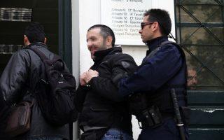 Τον 42χρονο αναγνώρισαν περισσότερα από τρία άτομα, μάρτυρες της επίθεσης το απόγευμα της Παρασκευής, ωστόσο μόνο ένας άνδρας δέχτηκε να δώσει ένορκη κατάθεση στην ΕΛ.ΑΣ.