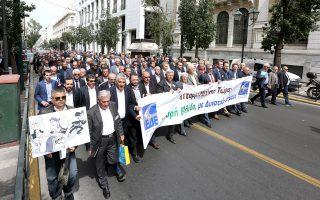 Πορεία δημάρχων, χθες, προς το υπουργείο Εσωτερικών.