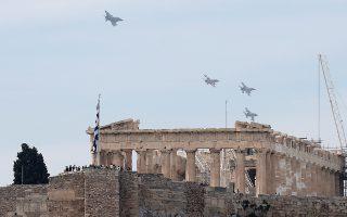 Σε ετήσιο... τελετουργικό τείνει να εξελιχθεί η διέλευση μαχητικών αεροσκαφών με φόντο την Ακρόπολη, στο πλαίσιο της πολυεθνικής άσκησης που οργανώνεται από την Ελλάδα με κωδική ονομασία «Ηνίοχος '17». Χθες το μεσημέρι, μεταξύ 12.30 και 12.40, τρία ελληνικά μαχητικά τύπων F-16 και F-4, ένα F-16 της ισραηλινής και ένα εκπαιδευτικό ΑΜΧ της ιταλικής αεροπορίας πέρασαν αρκετές φορές πάνω από το κέντρο της Αθήνας και αμέσως μετά κατευθύνθηκαν προς το Καστελλόριζο όπου πραγματοποίησαν εικονική προσβολή σε πλοίο. Φέτος οι προειδοποιήσεις είχαν γίνει εγκαίρως, γι' αυτό και αποφεύχθηκε η περυσινή έκπληξη από τη διέλευση αμερικανικών F-15 πάνω από την Ακρόπολη.