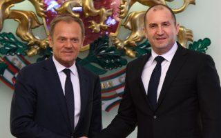 Ο Βούλγαρος πρόεδρος Ρ. Ράντεφ υποδέχεται τον Ντ. Τουσκ στη Σόφια.