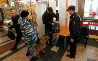 Ρώσοι αστυνομικοί ελέγχουν έναν επιβάτη στον σιδηροδρομικό σταθμό του Κρασνογιάρσκ της Σιβηρίας.