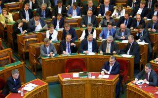 Ο Ούγγρος πρωθυπουργός Βίκτορ Ορμπαν ψηφίζει για το επίμαχο νομοσχέδιο.