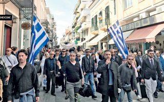 Περισσότεροι από 700 οπαδοί του Αρτέμη Σώρρα, σε πορεία από τα δικαστήρια της Πάτρας στην παραλιακή. Νωρίτερα είχαν κατακλύσει το δικαστικό μέγαρο και τους γύρω δρόμους φωνάζοντας συνθήματα υπέρ του Σώρρα και ζητώντας την αθώωσή του, ενώ περίμεναν την απόφαση του Τριμελούς Εφετείου Κακουργημάτων Πάτρας επί της αίτησης αναστολής εκτέλεσης της ποινής που του είχε επιβληθεί. Οι περισσότεροι οπαδοί έφτασαν στα δικαστήρια με λεωφορεία από διάφορες περιοχές της χώρας. Μάλιστα, όταν κάποιο λεωφορείο στάθμευε για να αποβιβάσει κόσμο, οι συγκεντρωμένοι ξεσπούσαν σε χειροκροτήματα.
