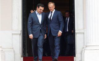 Ο επικεφαλής του Ευρωπαϊκού Συμβουλίου Ντ. Τουσκ, στην είσοδο του Μαξίμου, με τον Αλ. Τσίπρα.