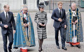 Ο πρίγκιπας Ουίλιαμ, η σύζυγός του Κέιτ, δούκισσα του Κέμπριτζ, και ο πρίγκιπας Χάρι μαζί με τον δρα Τζον Χαλ, εφημέριο του Ουεστμίνστερ.