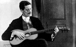 Ο Τζέιμς Τζόις με την κιθάρα του το 1915.