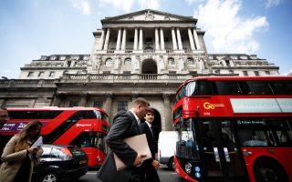 Μετά την επίσημη ενεργοποίηση του άρθρου 50 της Συνθήκης της Ε.Ε. από την Τερέζα Μέι, οι διεθνείς τράπεζες έχουν εκκινήσει τις διαδικασίες μεταφοράς πολλών δραστηριοτήτων τους από τη Βρετανία σε χώρες της Ε.Ε.