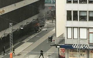 Καπνός έξω από το πολυκατάστημα Ολενς Σίτι στο κέντρο της Στοκχόλμης. Οι Αρχές της Σουηδίας αναζητούσαν χθες τον οδηγό του κλεμμένου φορτηγού που εισήλθε στον κεντρικό πεζόδρομο Ντροτνιγκάταν και σκόρπισε τον τρόμο σε ώρα ζωηρής εμπορικής κίνησης. Οι Αρχές δεν ήταν σε θέση να επιβεβαιώσουν τις πληροφορίες για τρεις νεκρούς και οκτώ τραυματίες.