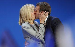 Ουφ, πάει και αυτό. Οχι, η ανακούφιση  δεν έχει να κάνει με την πλάτη που γύρισε η Γαλλία στην ακροδεξιά υποψήφια. Εχει να κάνει με την αποδοχή των Γάλλων σε ένα «ιδιαίτερο» ζευγάρι. Επιτέλους η Brigitte θα κάνει πολλούς να συνηθίζουν στην ιδέα ότι μια κάποιας ηλικίας γυναίκα μπορεί να είναι με έναν πολύ μικρότερο άνδρα χωρίς να την αποκαλούν προσβλητικά «cougar» και μάλιστα από την θέση της πρώτης κυρίας της Γαλλίας.  AP Photo/Christophe Ena
