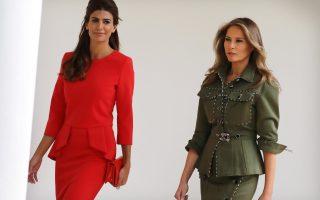 Καθρέφτη καθρεφτάκι μου... Δυο από τις πιο εντυπωσιακής εμφάνισης πρώτες κυρίες συναντήθηκαν στην Ουάσιγκτον. Η Melania Trump υποδέχτηκε την Juliana Awada, την σύζυγο του Προέδρου της Αργεντινής που βρίσκεται στις ΗΠΑ για επίσημη επίσκεψη. REUTERS/Kevin Lamarque
