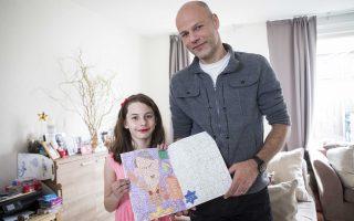 Χρωματίζοντας τον Χίτλερ. Το παιδικό βιβλίο με τα άσπρα αριθμημένα κουτάκια για κάθε χρώμα, αγοράστηκε από το κατάστημα Kruidvat στο Pijnacker της Ολλανδίας. Μόνο που σύντομα ο Ray Vervloed βρέθηκε μπροστά σε μια δυσάρεστη έκπληξη. Η ζωγραφιά που τόση ώρα χρωμάτιζε η κόρη του Kira, δεν απεικόνιζε κάποιον κλόουν, λουλούδια ή καραβάκια, αλλά τον Αδόλφο Χίτλερ. Φυσικά το κατάστημα απέσυρε το επίμαχο βιβλίο.  EPA/ALEXANDER SCHIPPERS