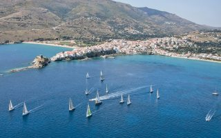 Μία από τις ομορφότερες Χώρες των Κυκλάδων, με τα σκάφη που παίρνουν μέρος στον Αγώνα Ανδρου.