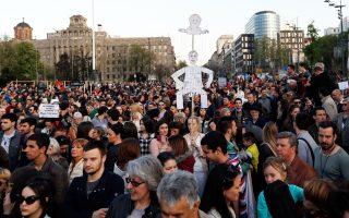 Μία ακόμη συνάντηση Μέρκελ - Βούτσιτς, αυτήν τη φορά οι δύο ηγέτες ως χάρτινα ομοιώματα στα χέρια διαδηλωτών.