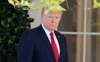 Ο πρόεδρος Τραμπ εγκαταλείπει το Οβάλ Γραφείο, μετά την ορκωμοσία του δικαστή Γκόρσατς.