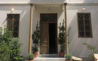 Στην οδό Πλουτάρχου 28, στο Μαρούσι, στεγάζεται το Ιδρυμα Τσαρούχη, στο σπίτι που είχε χτίσει ο ίδιος ο Γιάννης Τσαρούχης στη δεκαετία του '60.