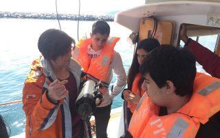 Οι μαθητές, με τη βοήθεια του «υδρορομπότ», εξερεύνησαν τον βυθό μαζί με καθηγητές του Τμήματος Επιστημών της Θάλασσας.