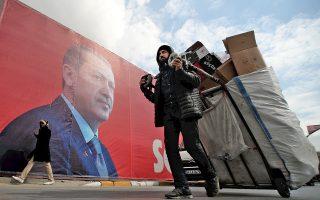 Γιγαντοαφίσα του Ταγίπ Ερντογάν στην Κωνσταντινούπολη. Τις τρεις πρώτες εβδομάδες του Μαρτίου, το κρατικό κανάλι TRT έδωσε στο κυβερνών ΑΚΡ 4.431 λεπτά τηλεοπτικού χρόνου, ενώ στους φορείς τού «όχι» 222 λεπτά.