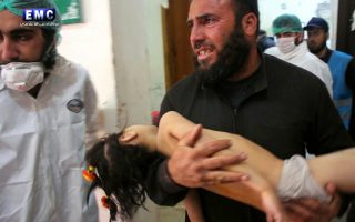 Ανδρας μεταφέρει τραυματισμένο παιδί μετά την επίθεση με αέρια την περασμένη εβδομάδα στη Συρία, σε βίντεο οργάνωσης της συριακής αντιπολίτευσης.