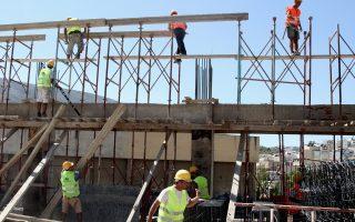 Η αβεβαιότητα από την παρατεταμένη αξιολόγηση δείχνει να επηρέασε την οικοδομή, καθώς σταμάτησε την ανοδική πορεία του όγκου της οικοδομικής δραστηρότητας το διάστημα Ιουνίου - Νοεμβρίου 2016.
