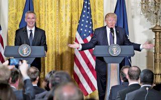 Τη δέσμευση των Ηνωμένων Πολιτειών στην Ατλαντική Συμμαχία επαναβεβαίωσε ο πρόεδρος Ντόναλντ Τραμπ ενώπιον του γενικού γραμματέα του ΝΑΤΟ, Γενς Στόλτενμπεργκ.