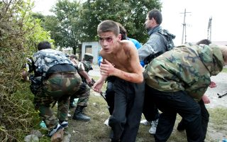 Ενα αγόρι τρέχει στην αγκαλιά των γονιών του μετά την απελευθέρωσή του. Φωτογραφία αρχείου από την πολύνεκρη τραγωδία στο Μπεσλάν, της Βόρειας Οσετίας.