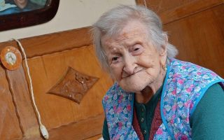 epa05909699 (FILE) - A file picture dated 13 May 2016 shows Emma Morano, then 116 years old, in her apartment in Verbania, northern Italy. According to reports, the world's oldest woman Emma Morano on 15 April 2017 died at the age of 117.  EPA/ANTONINO DI MARCO