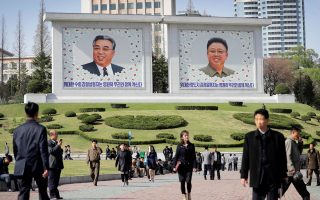 Προσωπογραφίες του ιδρυτή της Λαϊκής Δημοκρατίας, Κιμ Ιλ Σουνγκ και του εγγονού του και σημερινού προέδρου Κιμ Γιονγκ Ουν, υποδέχονται τους διαβάτες στην Πιονγιάνγκ.