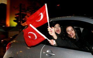Τούρκοι κάτοικοι του Βερολίνου γιορτάζουν το βράδυ της Κυριακής το αποτέλεσμα του δημοψηφίσματος.