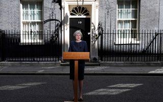 Να ενισχύσει τη θέση της έναντι της εγχώριας αντιπολίτευσης και των Ευρωπαίων εταίρων της ενόψει των διαπραγματεύσεων για το Brexit επιδιώκει η Βρετανίδα πρωθυπουργός Τερέζα Μέι, οδεύοντας προς πρόωρες εκλογές, στις 8 Ιουνίου. Λίγες ώρες αφότου η κ. Μέι δημοσιοποίησε την αιφνιδιαστική επιλογή της έξω από την πρωθυπουργική κατοικία της Ντάουνινγκ Στριτ (φωτογραφία), η πρώτη δημοσκόπηση έδωσε στους Συντηρητικούς προβάδισμα 21 μονάδων έναντι των Εργατικών του Τζέρεμι Κόρμπιν. Με θρίλερ του Χίτσκοκ παραλλήλισε την πορεία προς το Brexit ο πρόεδρος του Ευρωπαϊκού Συμβουλίου Ντόναλντ Τουσκ.