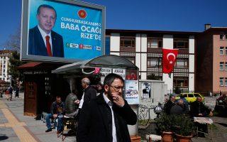 Στην Τουρκία ο κόσμος αποφεύγει τις δημόσιες πολιτικές συζητήσεις. Η προσπάθεια των περισσοτέρων στην καθημερινότητα είναι να μη δείξουν ότι επηρεάζονται από την πολιτική επικαιρότητα και τις εξελίξεις.